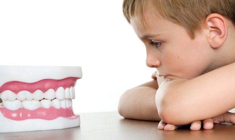 Почему дети скрипят зубами во сне - фото
